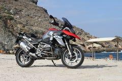 Мотоцикл BMW R1200GS TE на пляже Zarko в Evia, Греции стоковые изображения