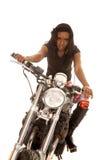 Мотоцикл Афро-американского взгляда женщины серьезный передний стоковые изображения rf