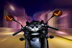 Мотоцикл быстро проходя на ноче стоковая фотография rf