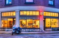 Мотоцикл вне кофейни Стоковые Фото