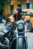 Мотоцикл девушки велосипедиста в городе Стоковые Фото