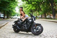 Мотоцикл девушки велосипедиста в городе стоковые изображения rf
