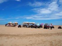 мотоциклинг 3 колес на песчаном пляже в Haikou, острове Хайнаня стоковые фото