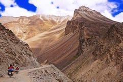 2 мотоциклиста на дороге горы замотки в пустыне горы большой возвышенности в Гималаях Стоковое Изображение