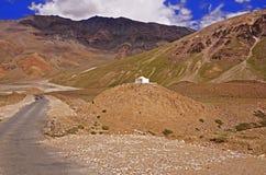2 мотоциклиста на дороге горы замотки в пустыне горы большой возвышенности в Гималаях Стоковая Фотография