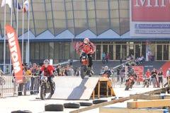 Мотоциклисты на следе juming на батуте Стоковое Фото