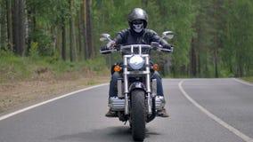 Мотоциклист едет проселочная дорога и сжимает оба handlebars акции видеоматериалы