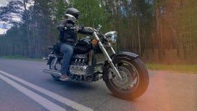 Мотоциклист едет тяжелое мотоцилк 4K акции видеоматериалы