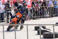 Мотоциклист на следе Стоковые Фото