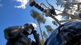 Мотоциклист сидя на его мотоцикле кладя на солнечные очки видеоматериал