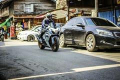 Мотоцикл катания молодого человека стоковое изображение