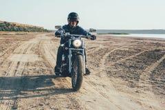 Мотоцикл катания человека стоковые фото
