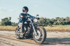 Мотоцикл катания человека стоковое изображение rf