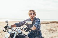 Мотоцикл катания человека стоковая фотография