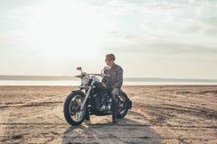 Мотоцикл катания человека стоковая фотография rf