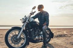 Мотоцикл катания человека стоковое изображение