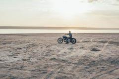 Мотоцикл катания человека Стоковые Изображения