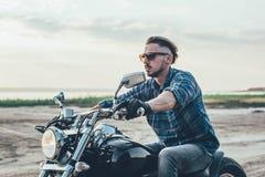 Мотоцикл катания человека стоковое фото rf