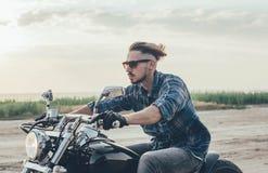 Мотоцикл катания человека Стоковые Фотографии RF