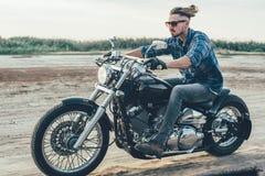 Мотоцикл катания человека стоковое фото