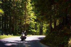 Мотоцикл на сельской дороге стоковые изображения rf