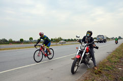 Мотоцикл тяпки катания женщины с знаками расстояния Стоковая Фотография RF