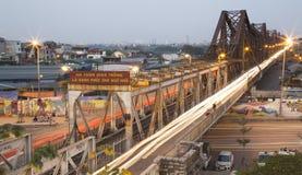 Мотоциклы въетнамских людей ехать на длинном мосте Bien Стоковое Изображение RF