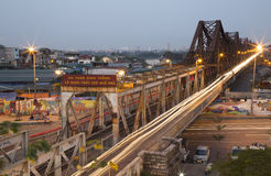 Мотоциклы въетнамских людей ехать на длинном мосте Bien Стоковая Фотография