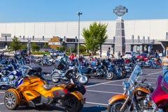 Мотоциклы Harley припаркованные на открытом доме Стоковые Изображения