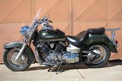 Мотоцикл Yamaha DragStar, сфотографированный на славный солнечный день стоковые фотографии rf