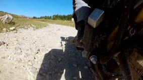 Мотоцилк ехать быстро вдоль проселочной дороги падает на дорогу сток-видео
