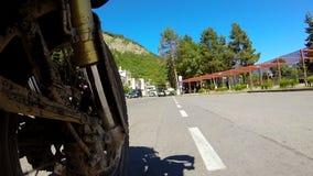 Мотоцилк ехать вокруг городка видеоматериал