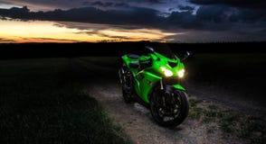 Мотоцилк - заход солнца пейзажа в природе Стоковые Фото