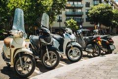 Мотоцилк, мотоциклы, самокаты припарковали европейский город Стоковое Изображение RF