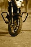 Мотоцилк припарковано на дороге - фотоснимке запаса стоковое изображение