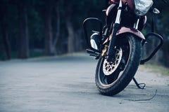 Мотоцилк припарковано на фото запаса дороги стоковые изображения rf