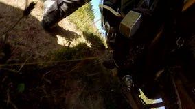 Мотоцилк управляя вдоль проселочной дороги акции видеоматериалы