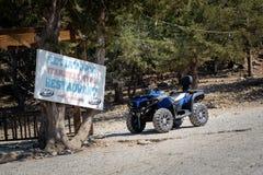 Мотоцилк ATV припарковано около входа традиционной греческой харчевни на острове Родоса стоковые фото