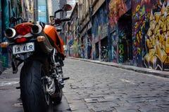 Мотоцилк в переулке граффити Стоковые Изображения