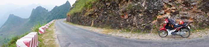 Мотоцилк на дороге горы Стоковые Изображения RF
