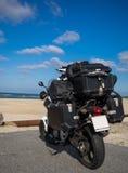 Мотоцилк на пляже упакованном с располагаясь лагерем оборудованием Стоковые Изображения