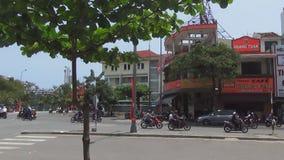 Мотоцилк, рикши и шины путешествуют через узкие улицы Вьетнама праздничный флаг летает в квадрат сток-видео