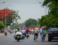 Мотоцилк людей ехать на улице в Хайфоне, Вьетнаме стоковые фото