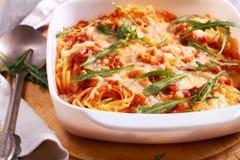 Моццарелла спагетти печет с ракетой, стоковое изображение