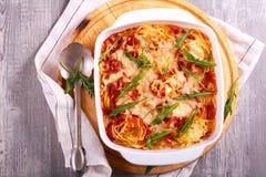 Моццарелла спагетти печет с ракетой стоковые фотографии rf