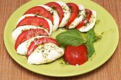 Моццарелла с томатами и базиликом Стоковая Фотография RF