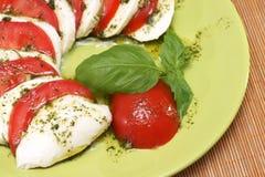 Моццарелла с томатами и базиликом Стоковые Фото