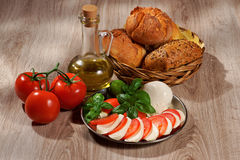 Моццарелла, томаты, оливка, базилик, крен Стоковая Фотография
