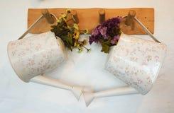 Моча чонсервная банка с цветком Стоковые Изображения