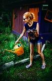 мочить девушки цветков Стоковая Фотография